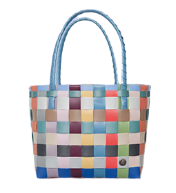 Ein aus bunten stabilen Kunststoff-Bändern geflochtener Einkaufskorb mit Henkeln, der über der Schulter getragen werden kann