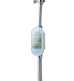 Eine Duschuhr im Einsatz. Auf ihrem Display kann man unter anderem die Temperatur des Wassers ablesen