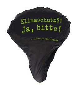 """Ein schwarzer Sattelschoner, auf dem in leuchtendgrüner Schrift steht: """"Klimaschutz?! Ja, bitte! www.steckys-spartipps.de"""""""
